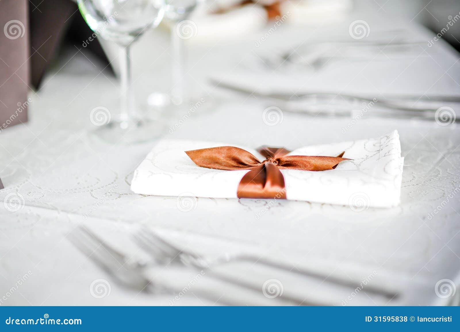 La fourchette et la cuillère ajournent la décoration avec le ruban ...