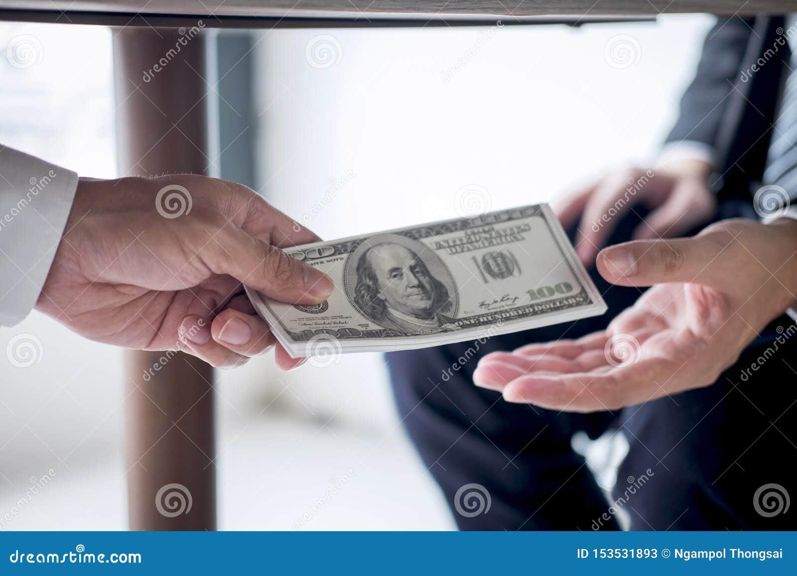 La fraude malhonn?te en argent ill?gal d affaires, homme d affaires re?oivent l argent de paiement illicite sous la table aux hom