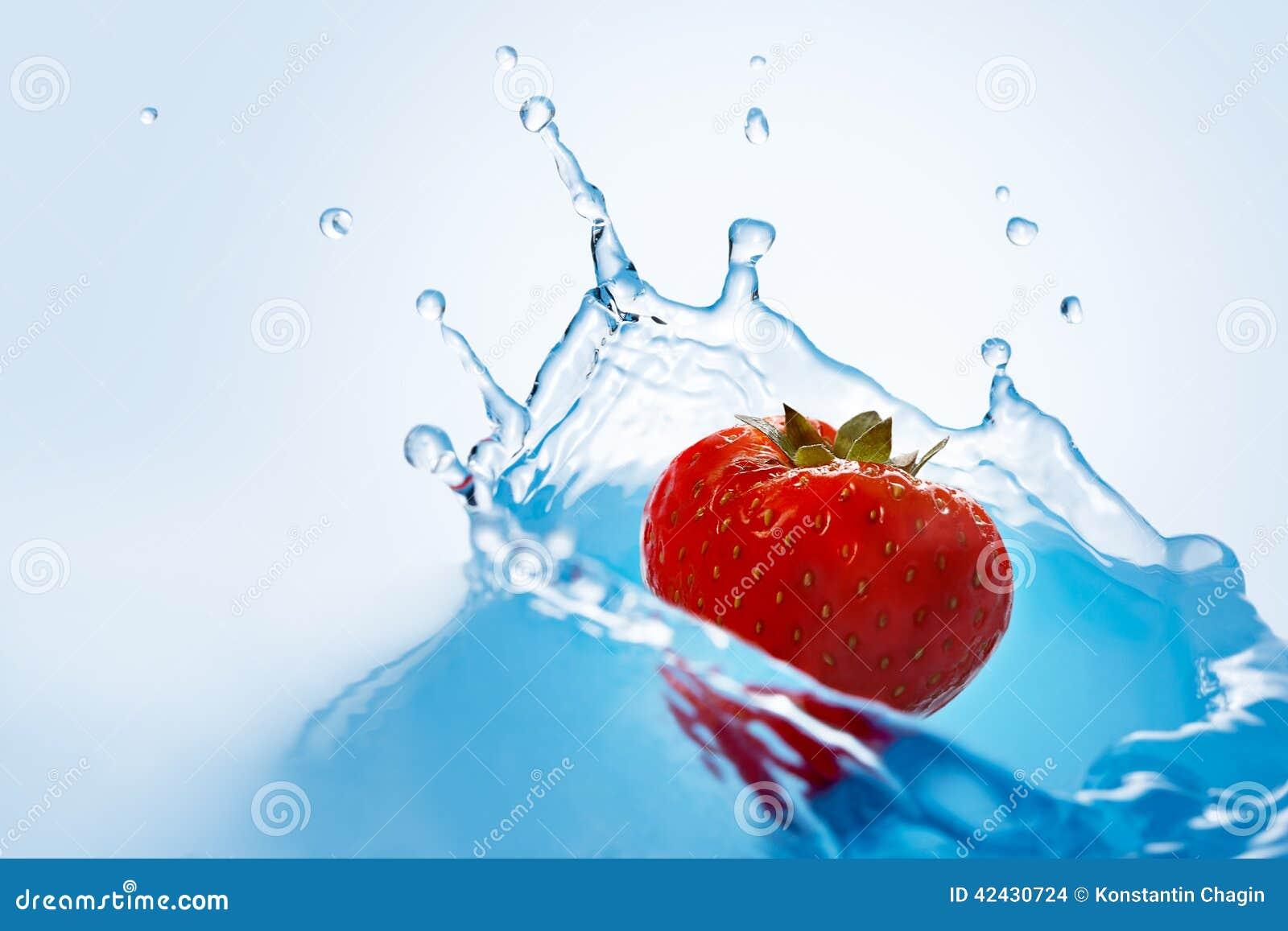 La fresa cae profundamente debajo del agua