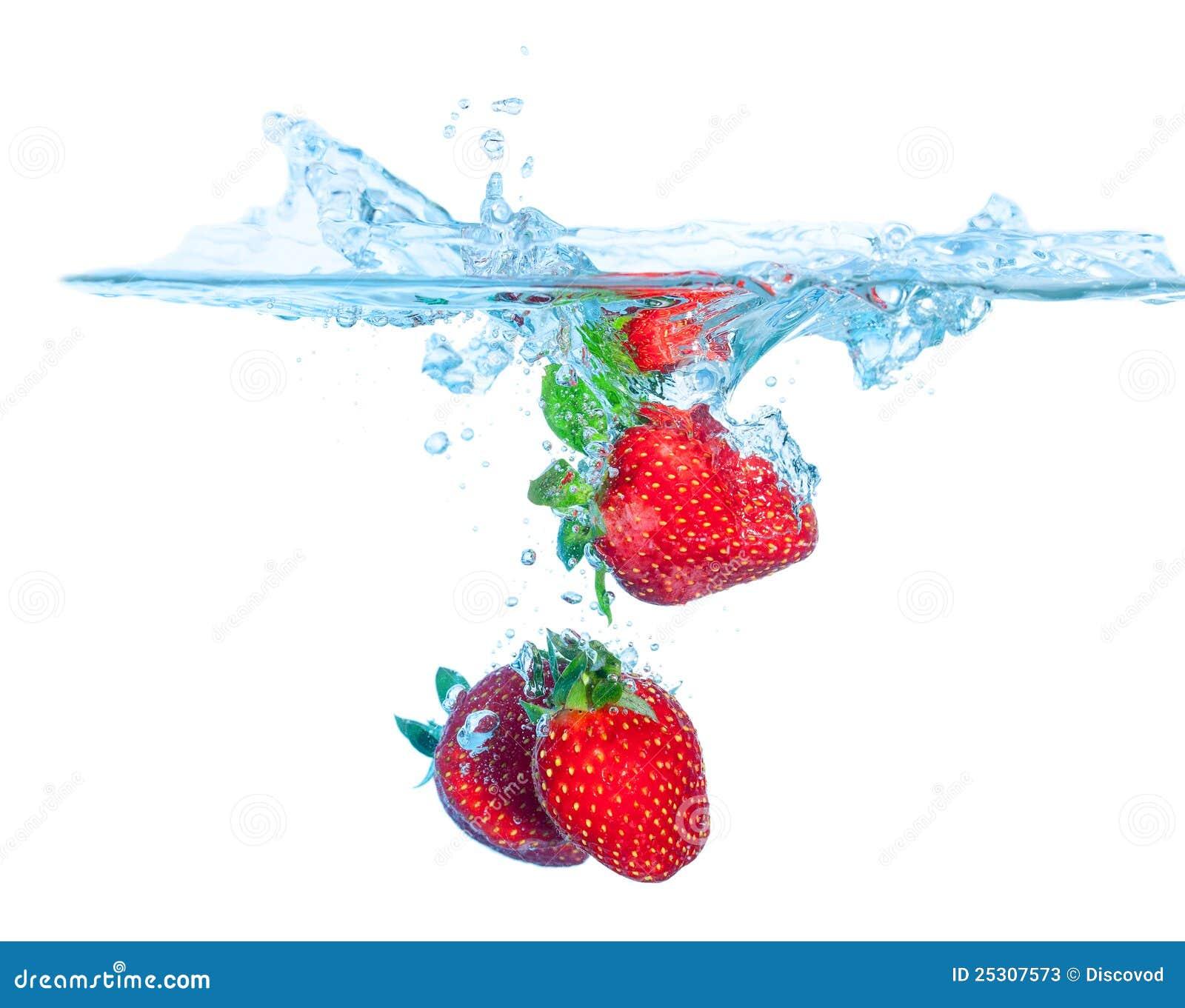 La fresa fresca cayó en el agua con el chapoteo
