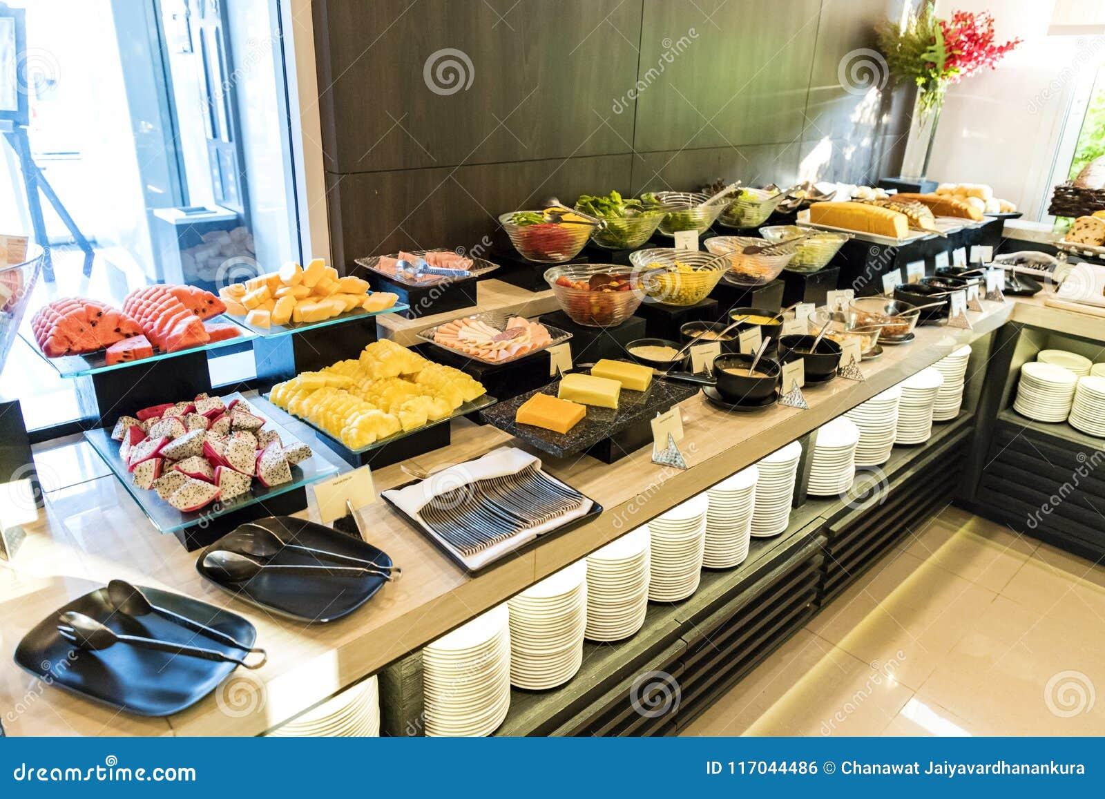 La fruta y el bufete de ensaladas en un hotel golpean la línea