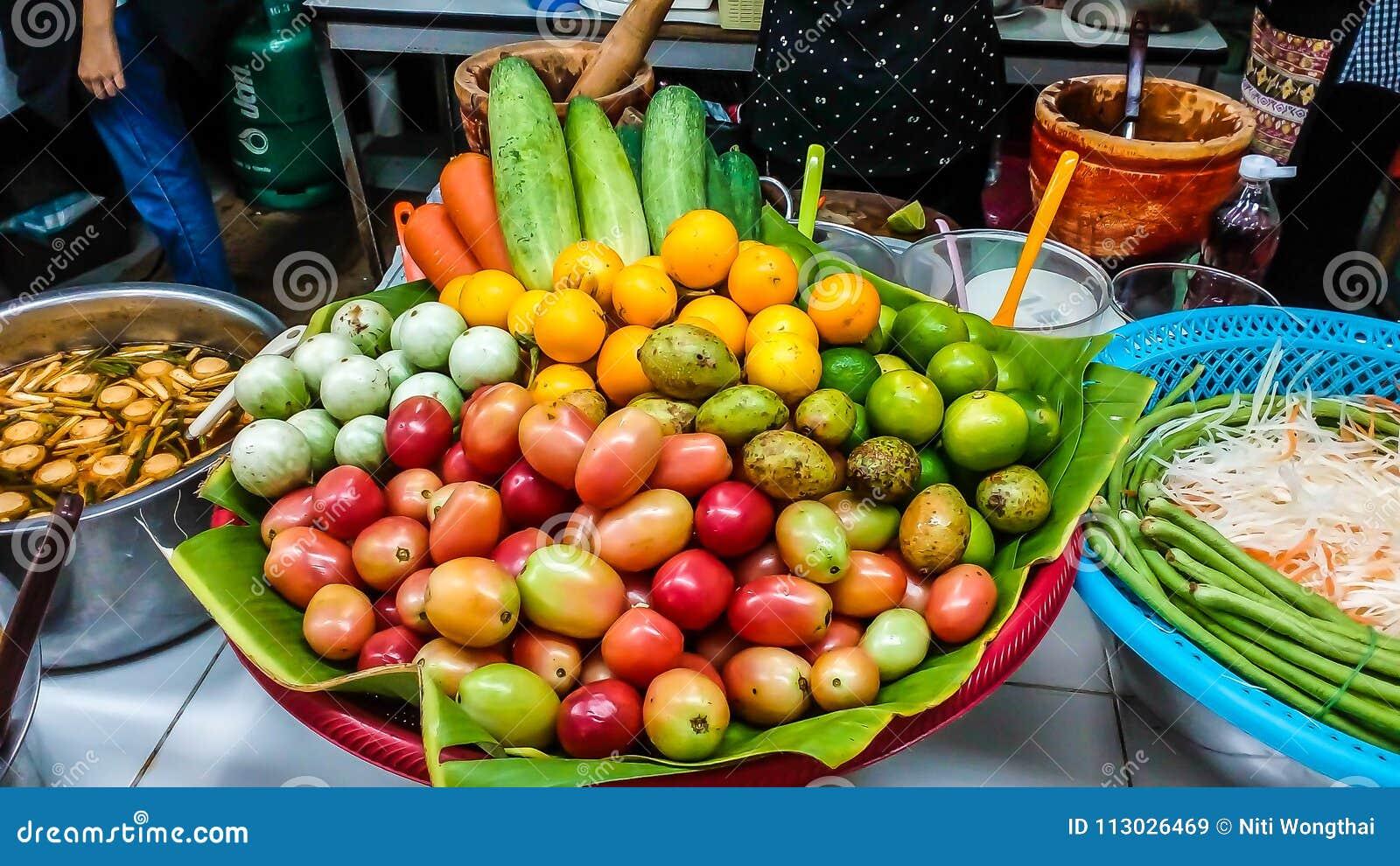 La fruta y verdura para hacer ensalada de la papaya la comida es como a