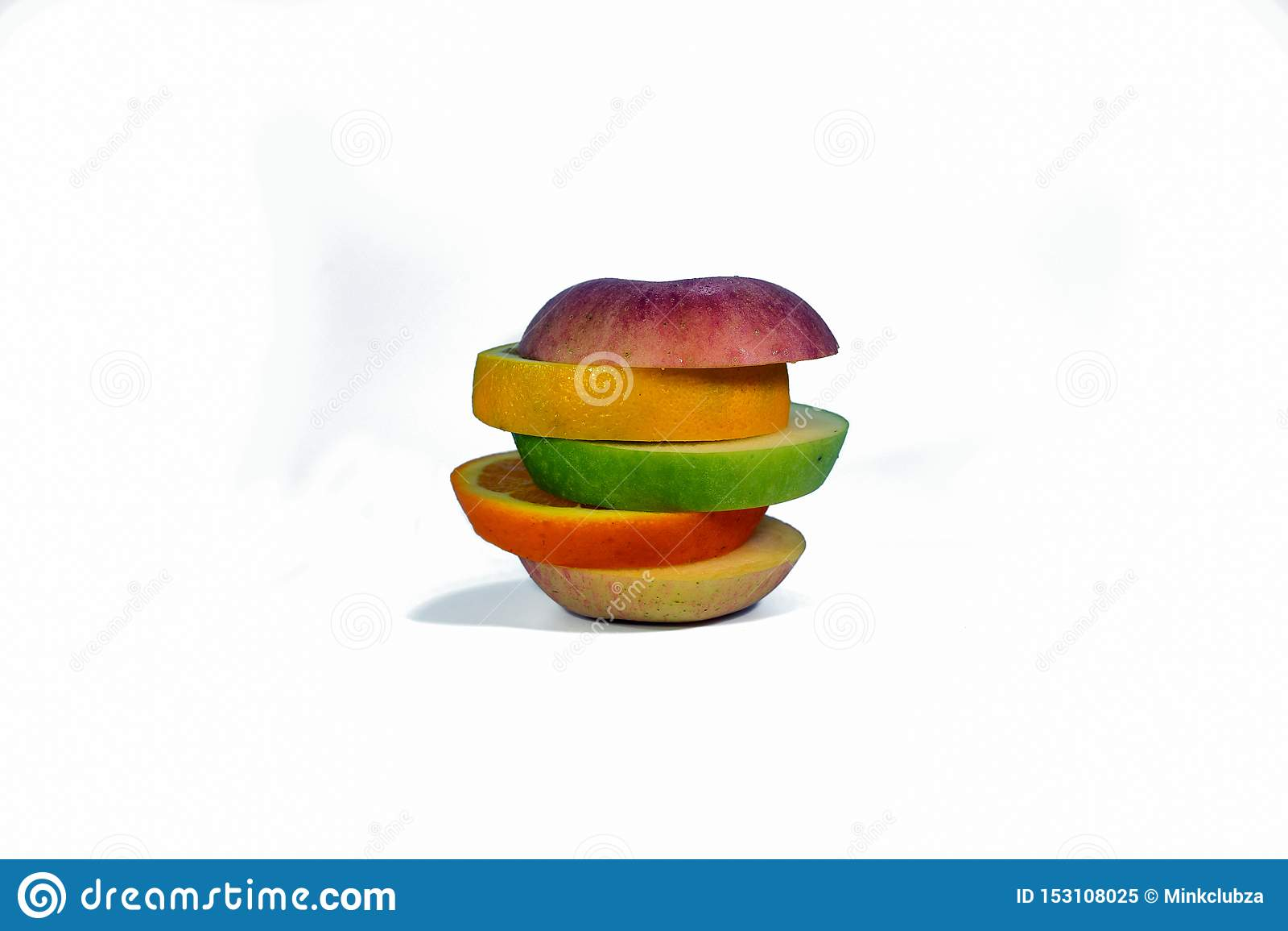 La frutta affettata ha isolato su un fondo bianco
