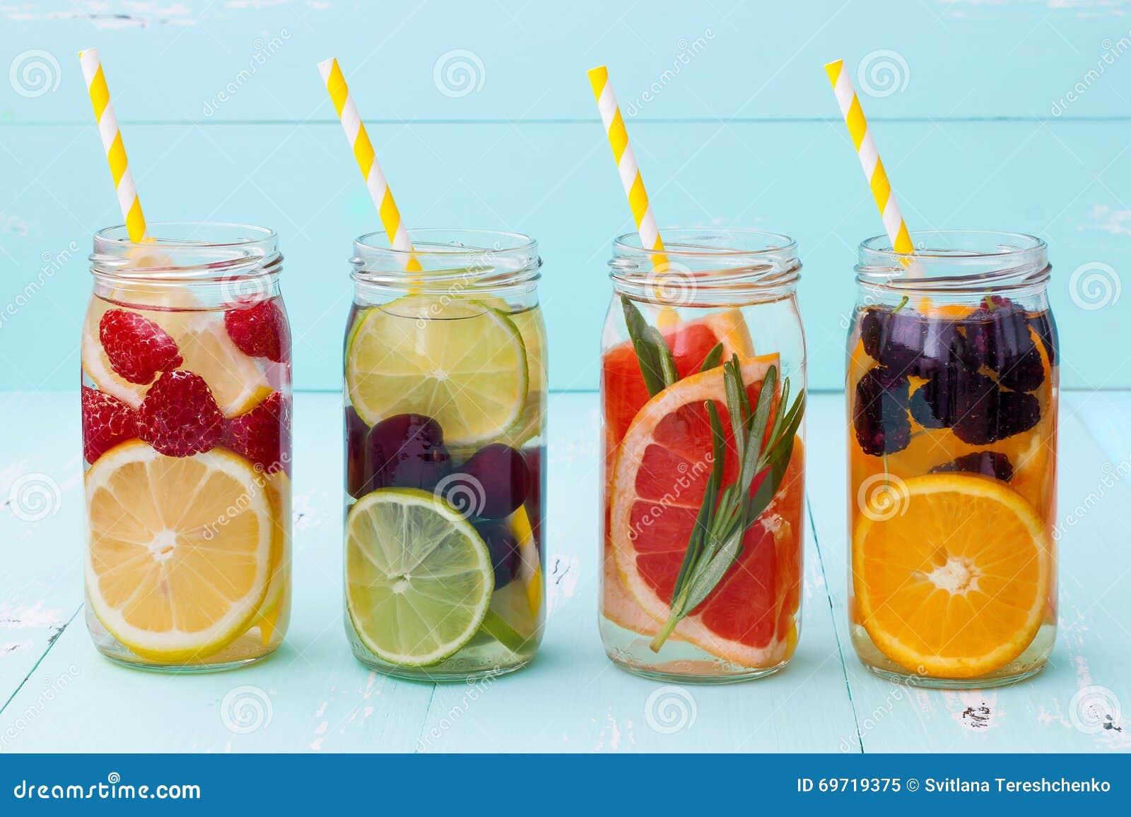 La frutta della disintossicazione ha infuso l acqua condita Cocktail casalingo di rinfresco di estate Cibo pulito