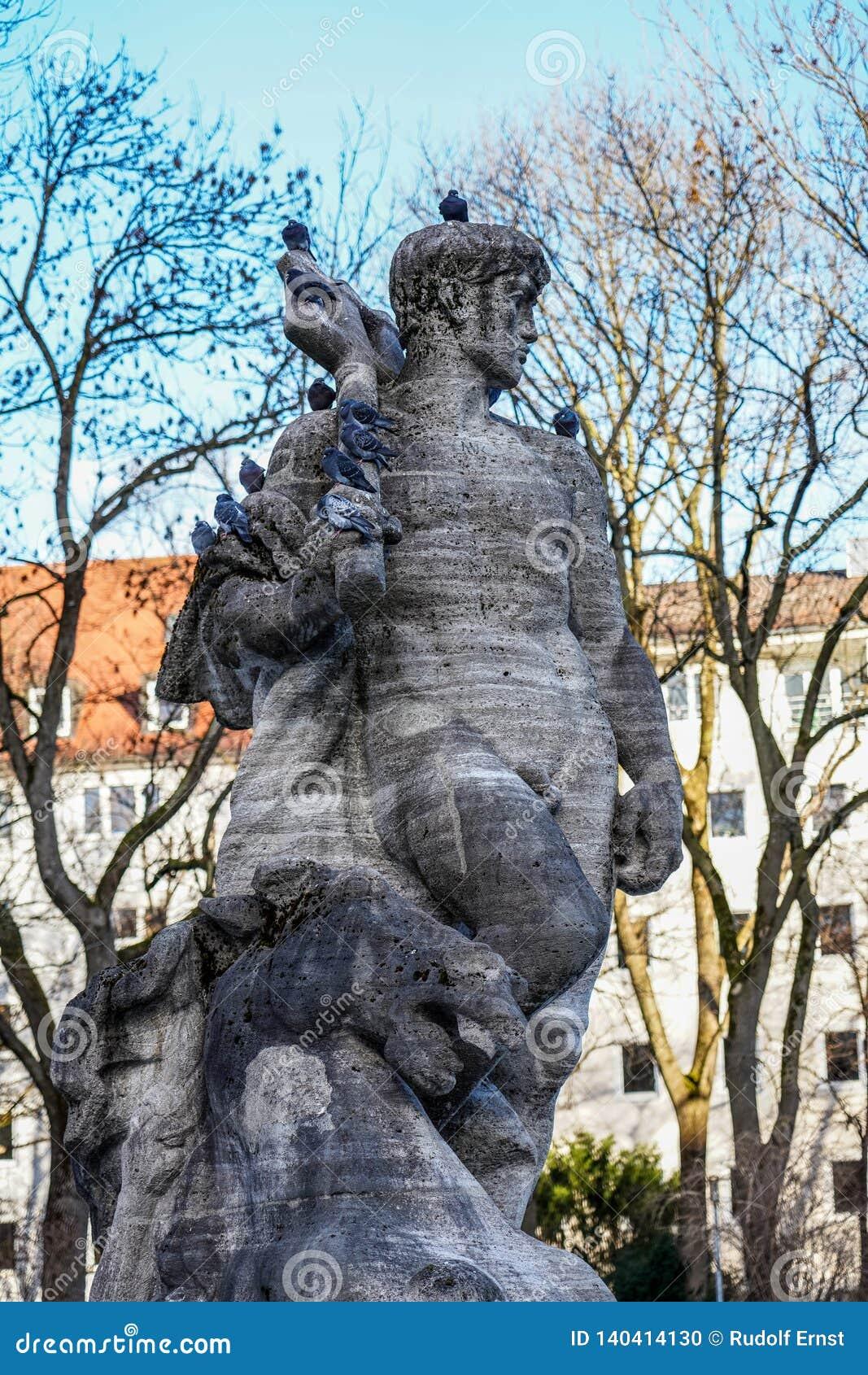 La fuente de Neptuno adentro altera el jardín botánico de Munich, Alemania