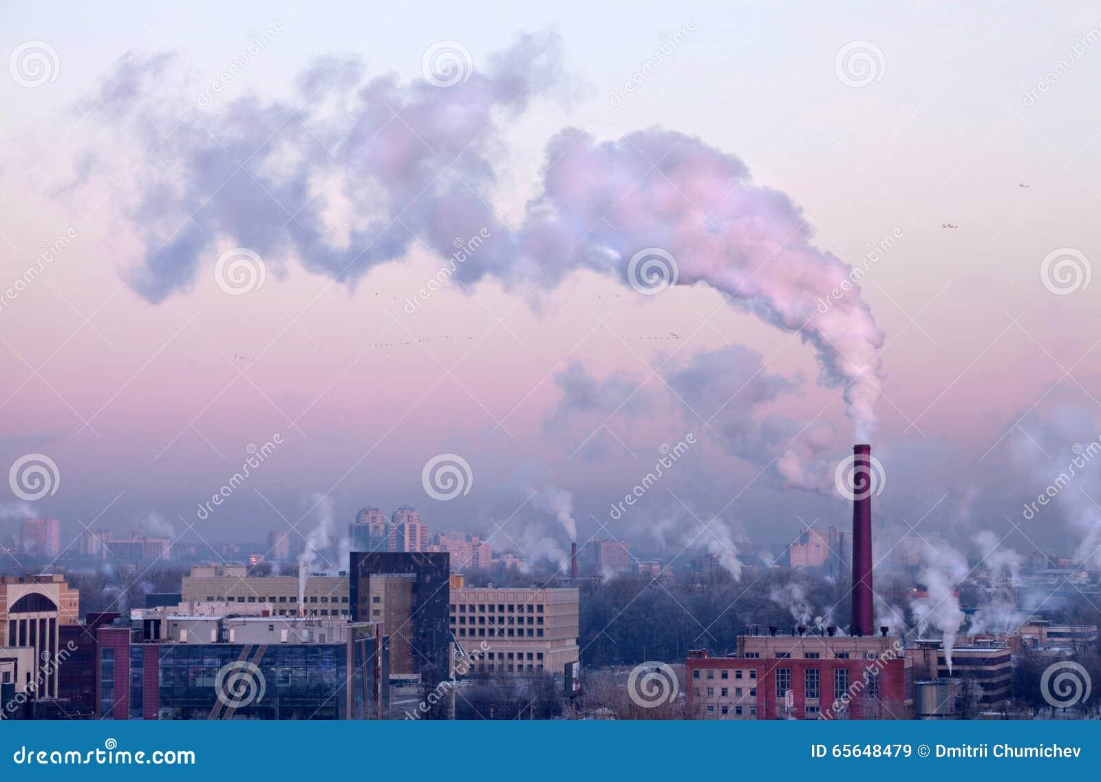 La fumée au-dessus de la ville dans le froid