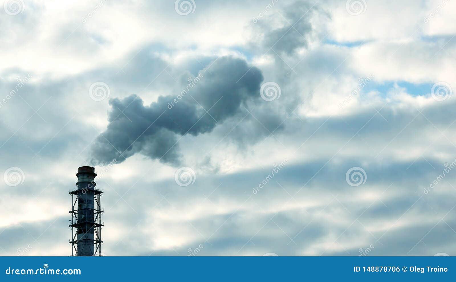 La fum?e de la chemin?e d une entreprise industrielle dans le ciel