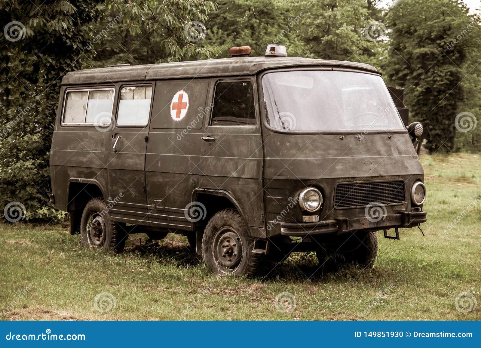 La furgoneta militar decorativa vieja de la ambulancia utilizó en la guerra