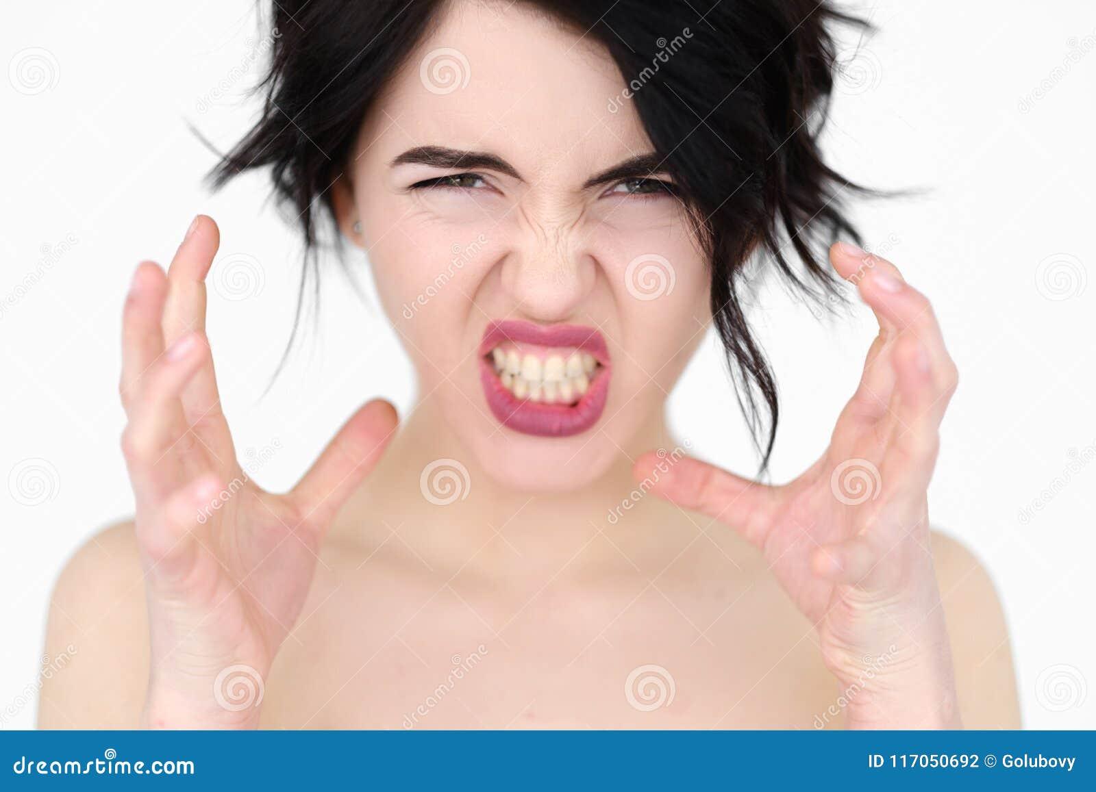 La furia de la rabia de la cara de la emoción estrangula a la mujer que descubre los dientes
