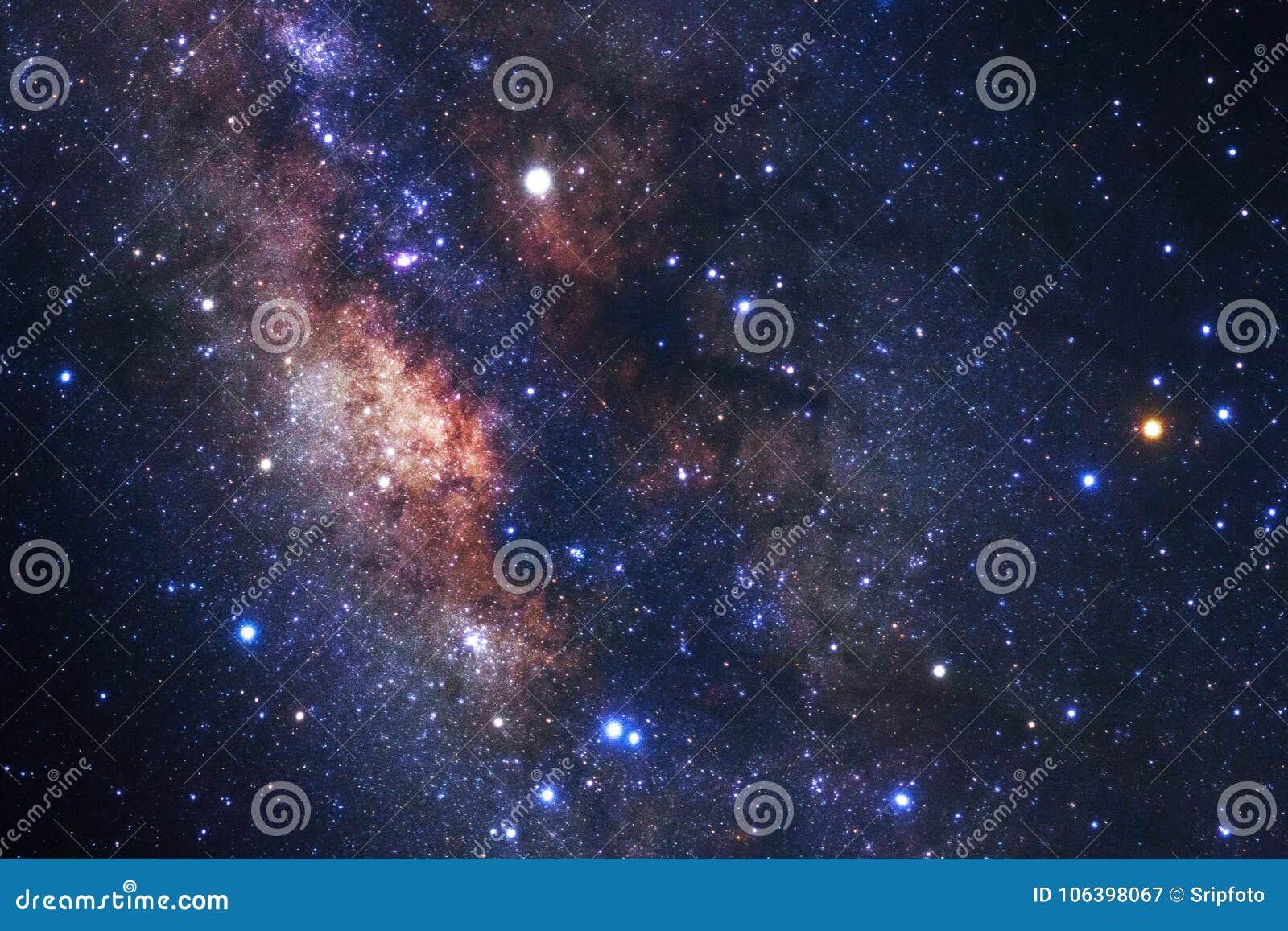 La galaxie de manière laiteuse avec des étoiles et l espace époussettent dans l univers