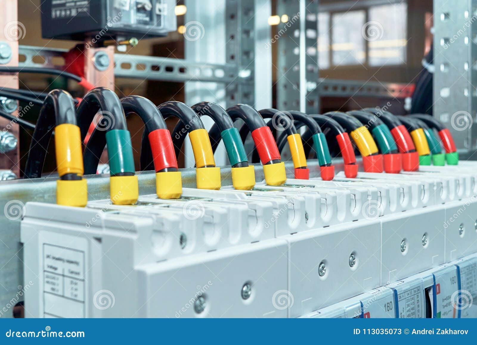 La gama de alambres eléctricos o los cables está conectada con los disyuntores de poder