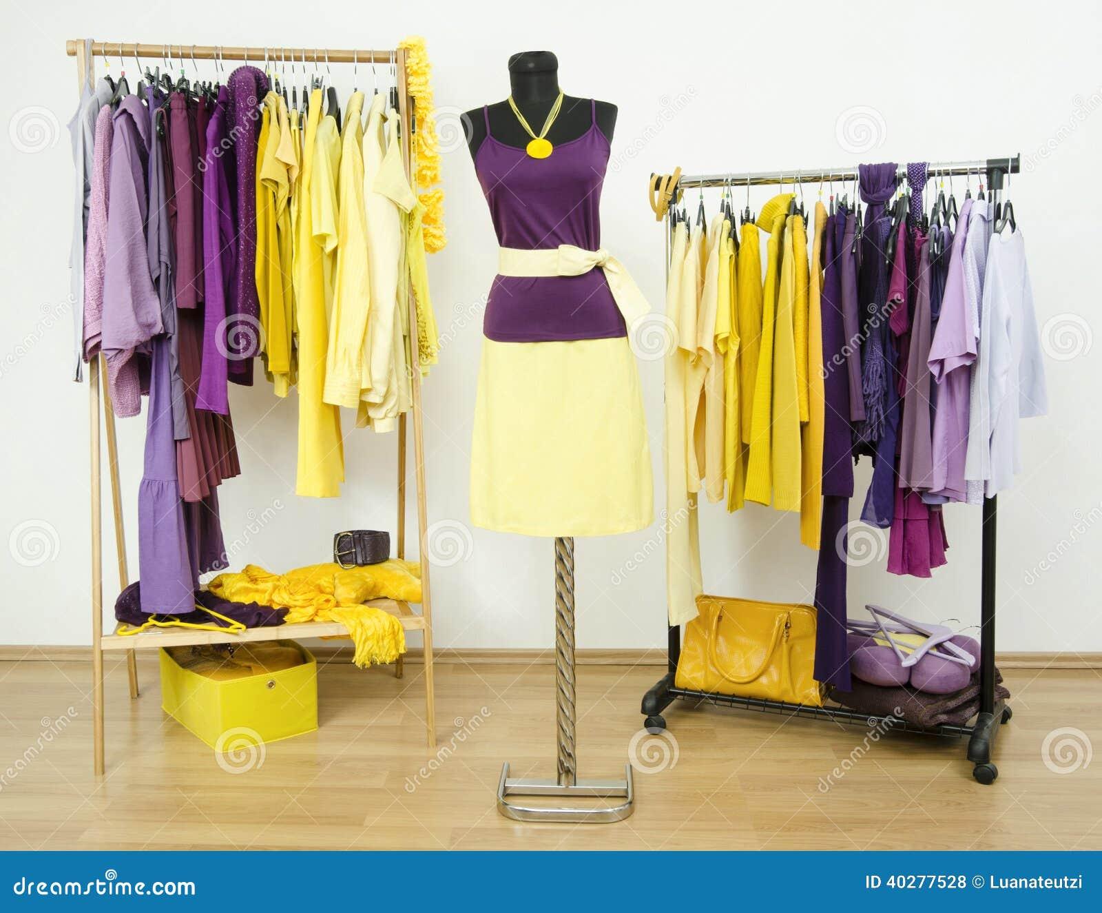 la garde robe avec des couleurs compl mentaires pourpres et des v tements jaunes a arrang sur. Black Bedroom Furniture Sets. Home Design Ideas