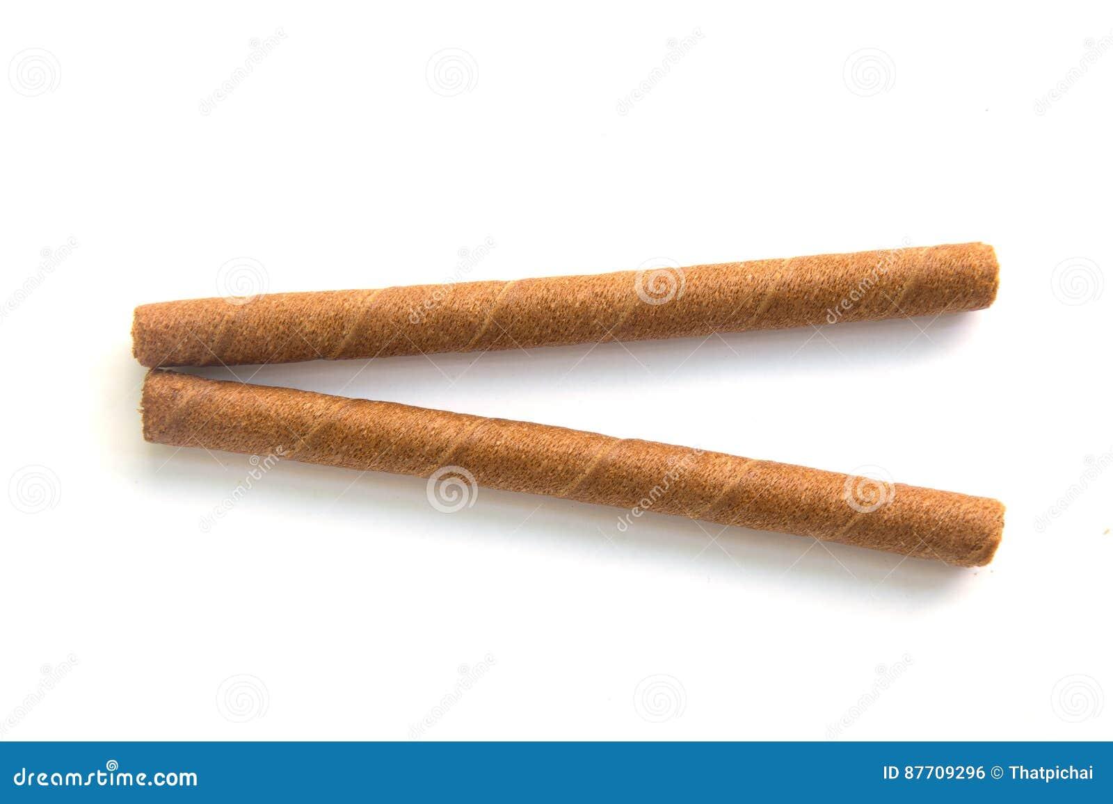 La gaufrette roule avec du chocolat sur le fond blanc