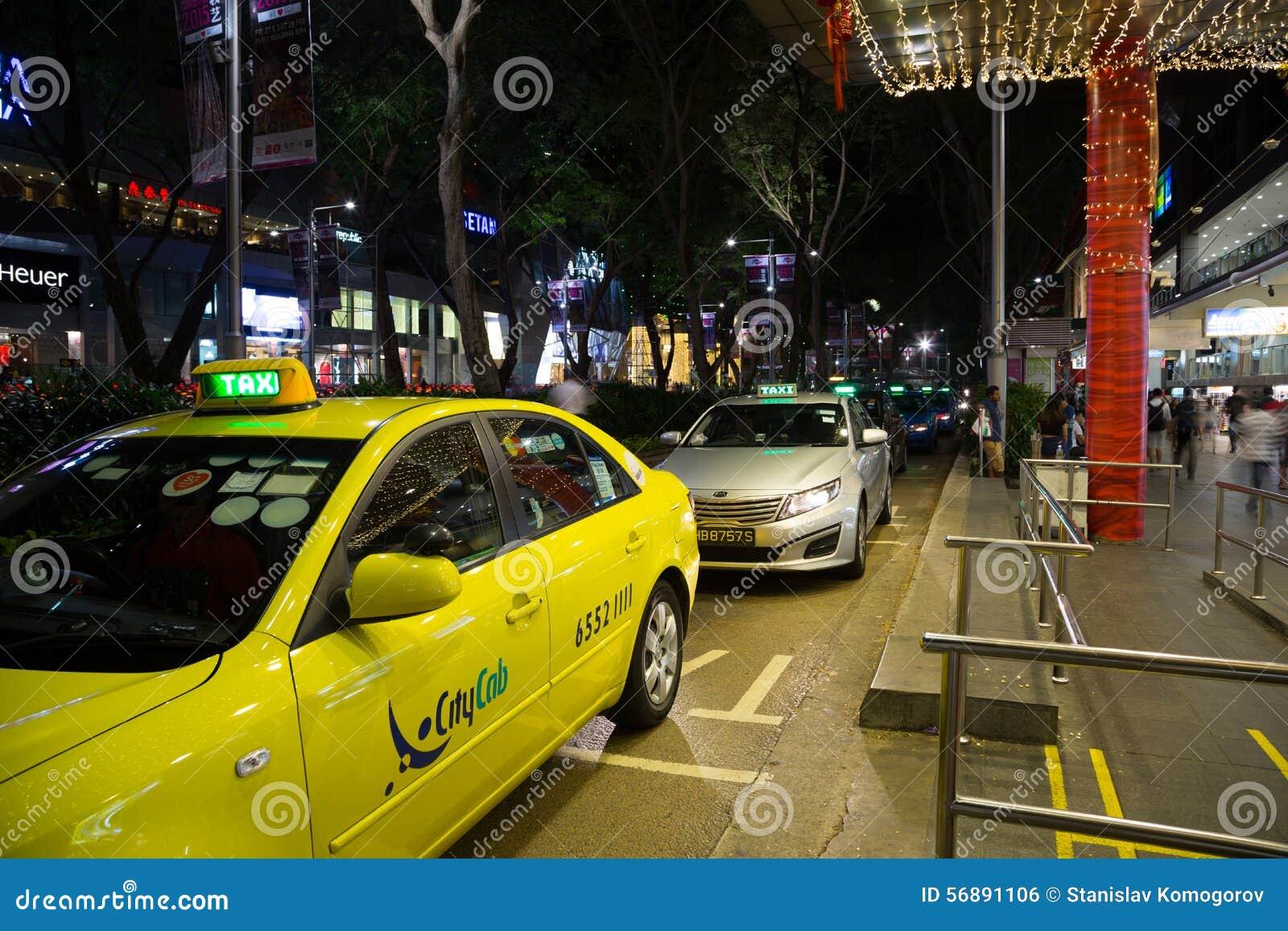 La gente al supporto di taxi alla strada del frutteto