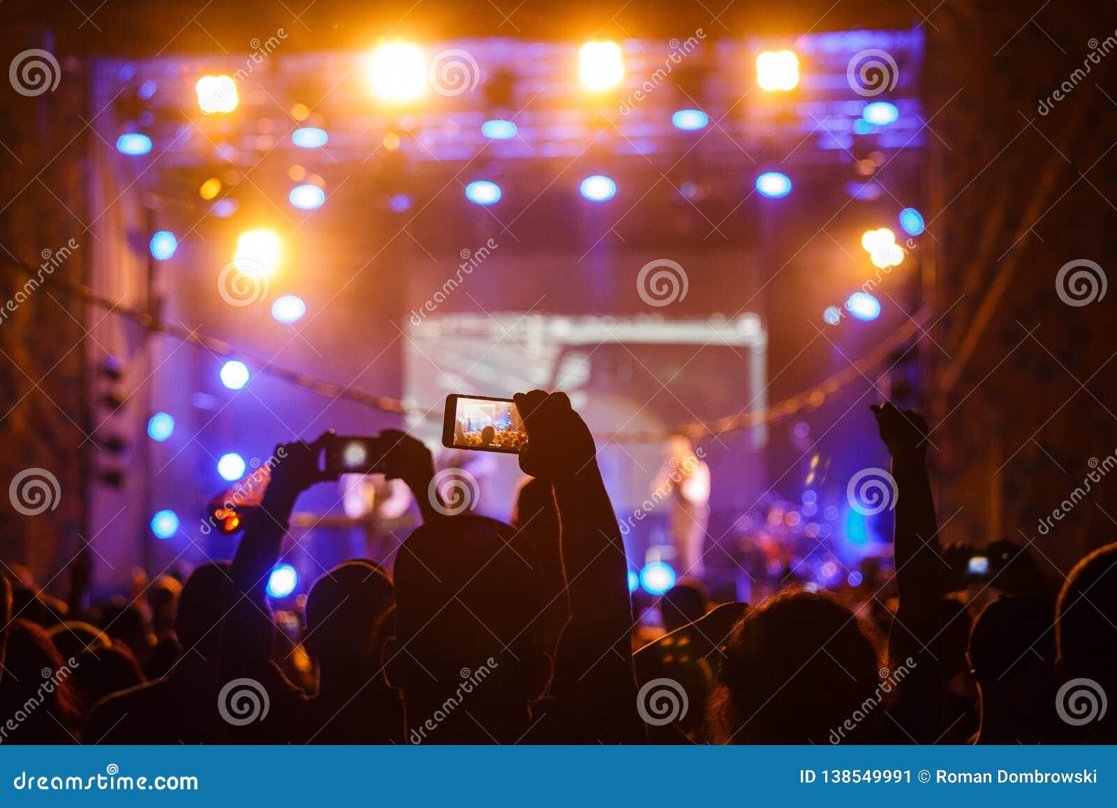 La gente al video o alla foto della fucilazione di concerto