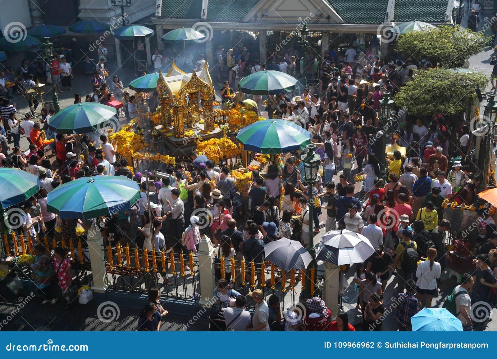 La gente apretada adora a Brahma en el distrito de Ratchaprasong, Bangkok, Tailandia el 1 de enero de 2018