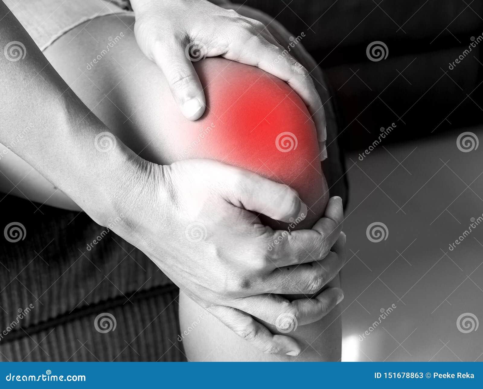 La gente asiatica ha dolore del ginocchio, dolore dai problemi sanitari nel corpo
