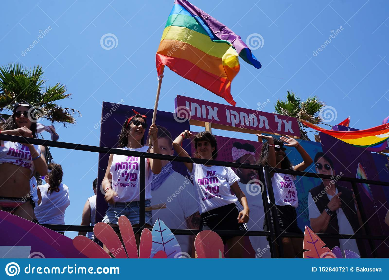 La gente assiste al gay pride