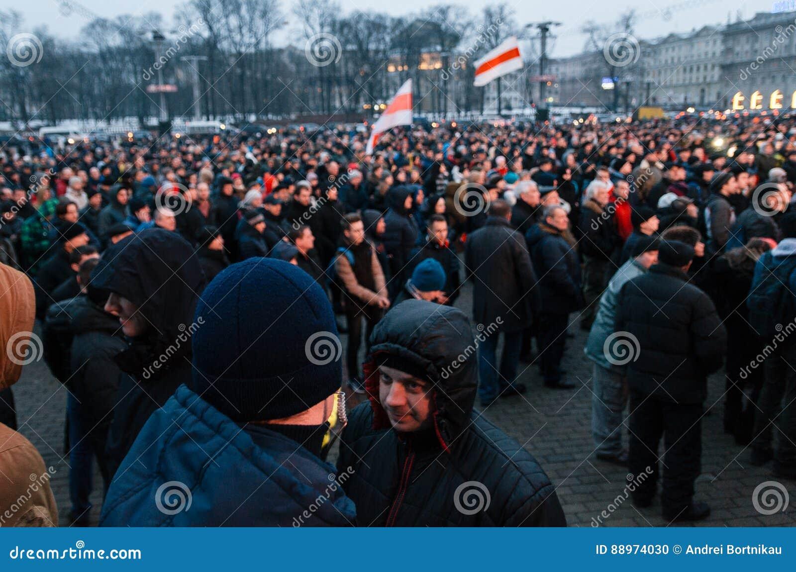 La gente bielorrusa participa en la protesta contra el decreto 3 en Minsk