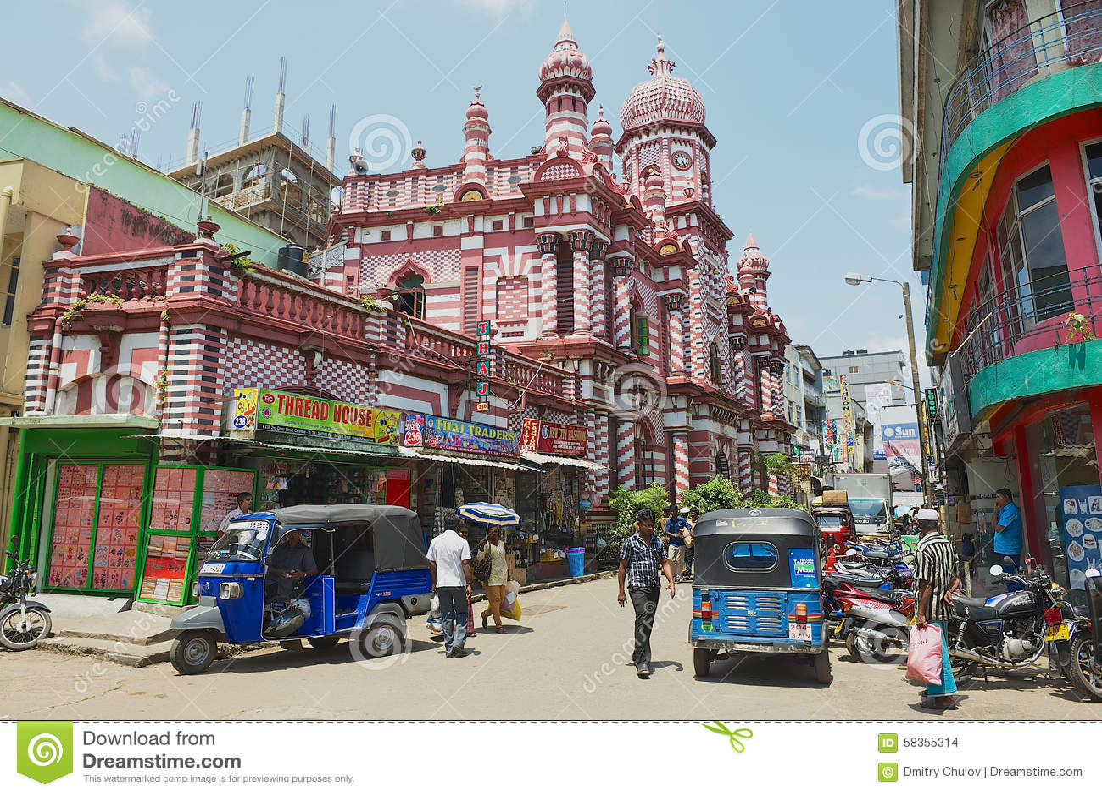 La gente cammina dalla via con la costruzione coloniale dell architettura ai precedenti a Colombo del centro, Sri Lanka