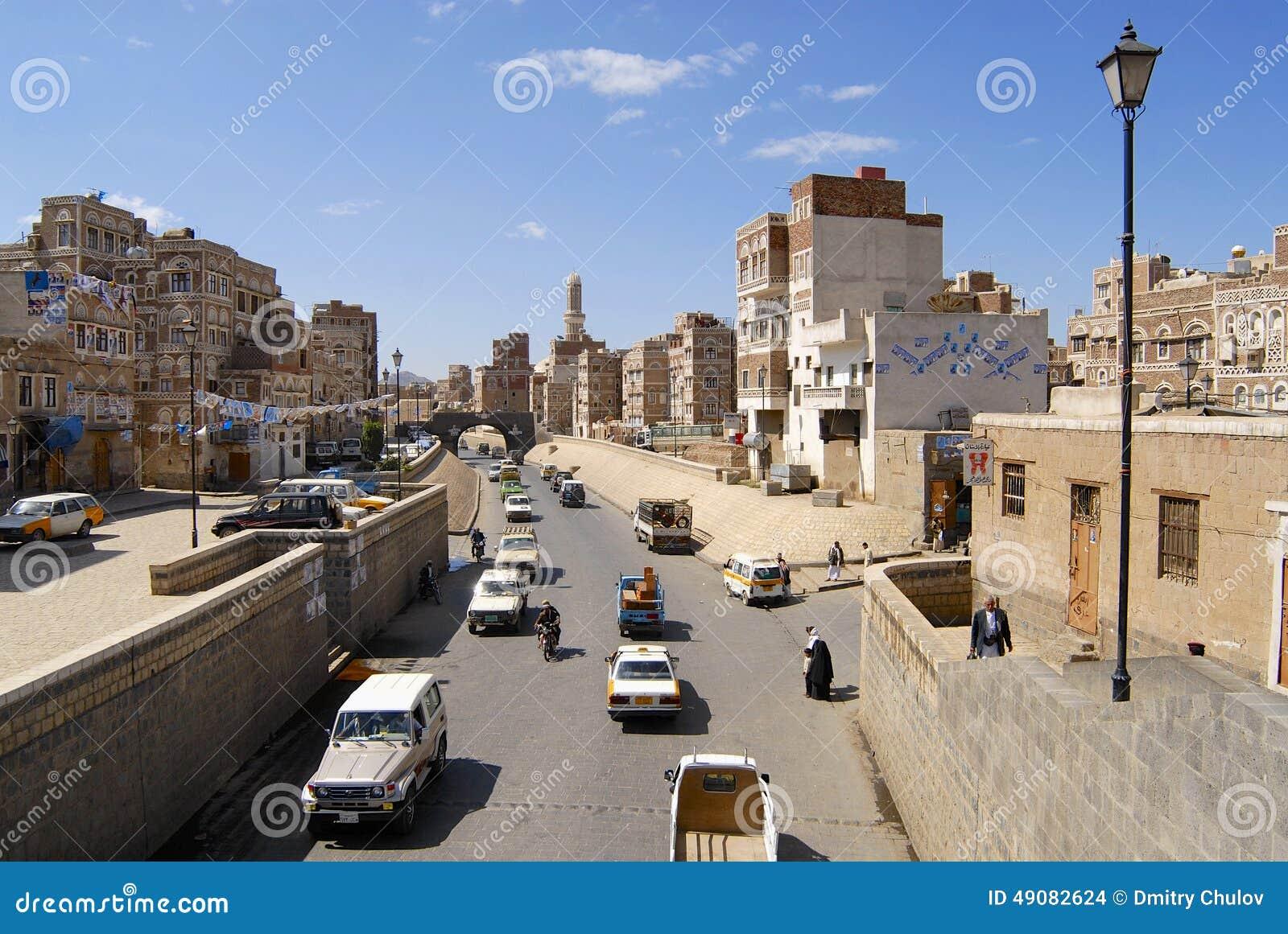 La gente cammina dalla via della città di Sanaa a Sanaa, Yemen