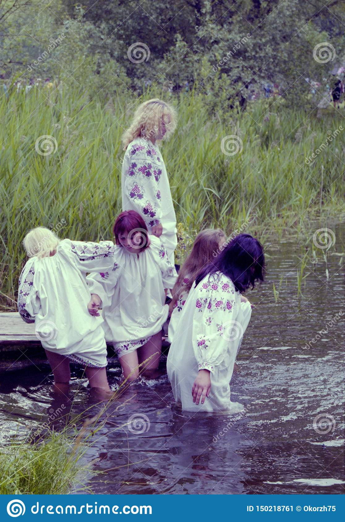 La gente celebra el día de fiesta de Ivana Kupala en la naturaleza natural