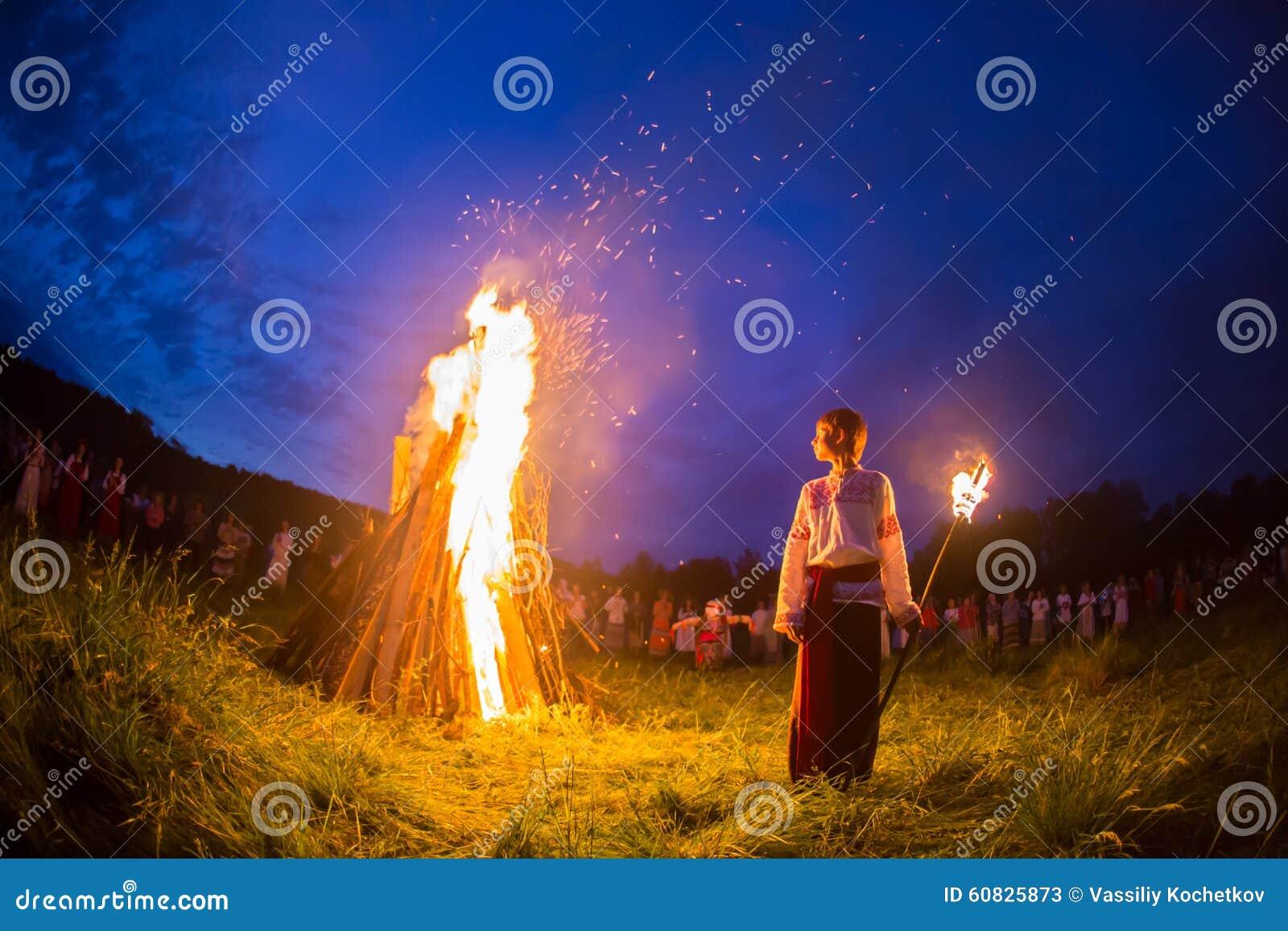 La gente celebra el día de fiesta y la danza del ruso adentro