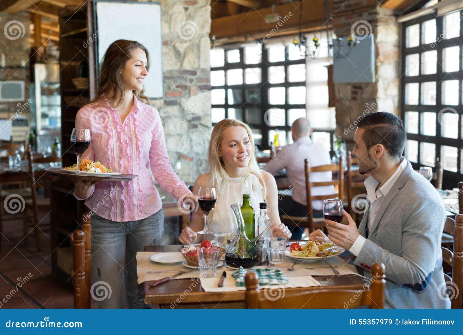 La gente cenando ristorante rurale