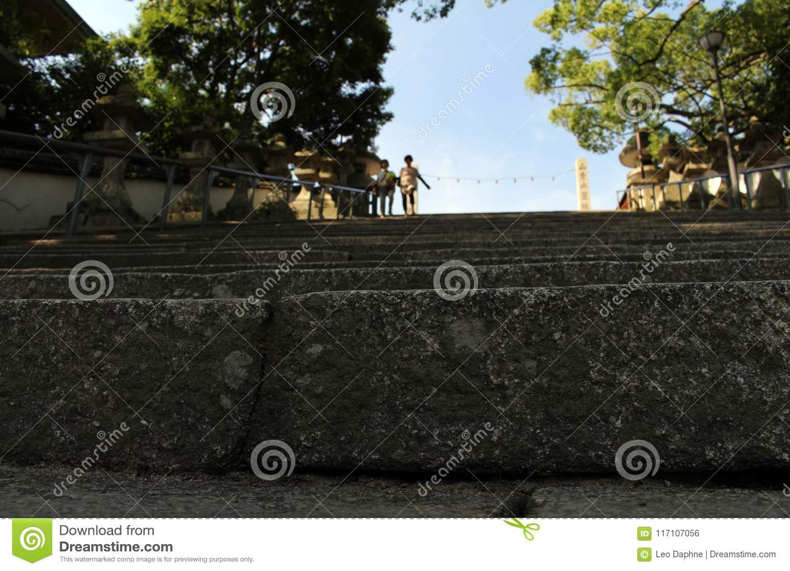 La gente che cammina giù le scale a Hofu Tenmangu shrine in Yamagu