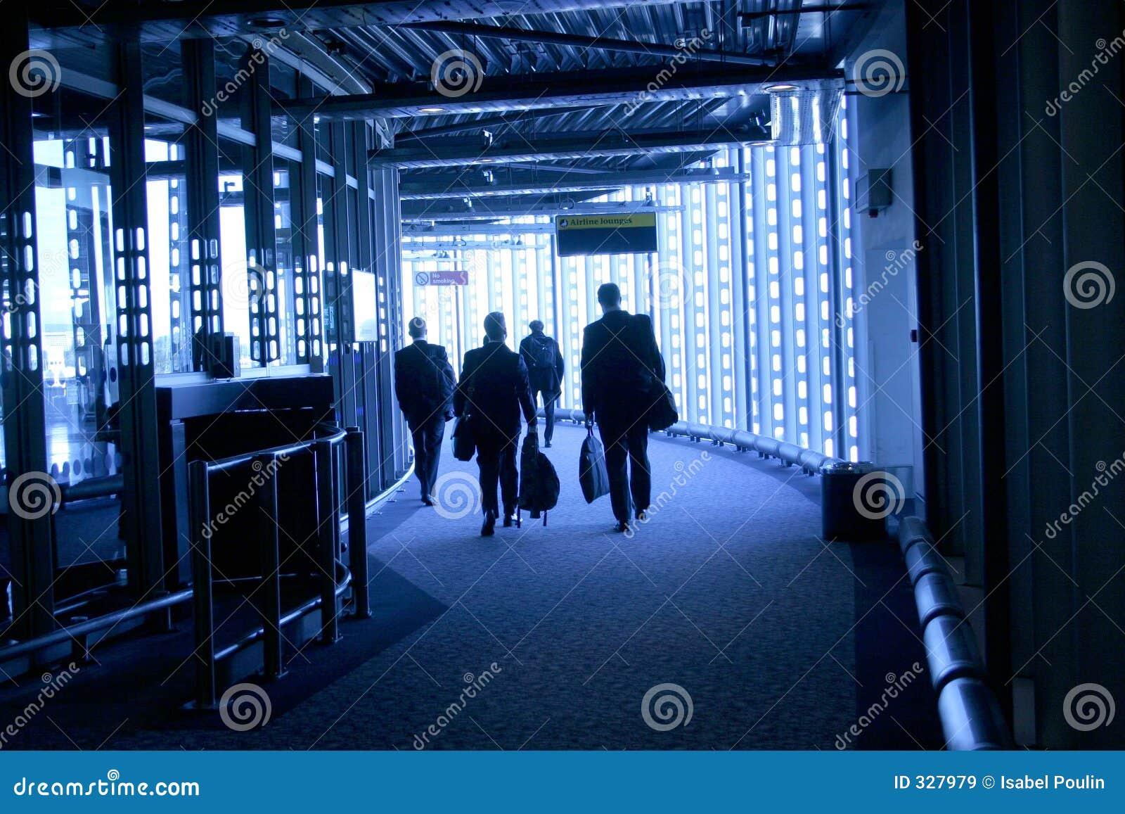 La gente che cammina nell aeroporto