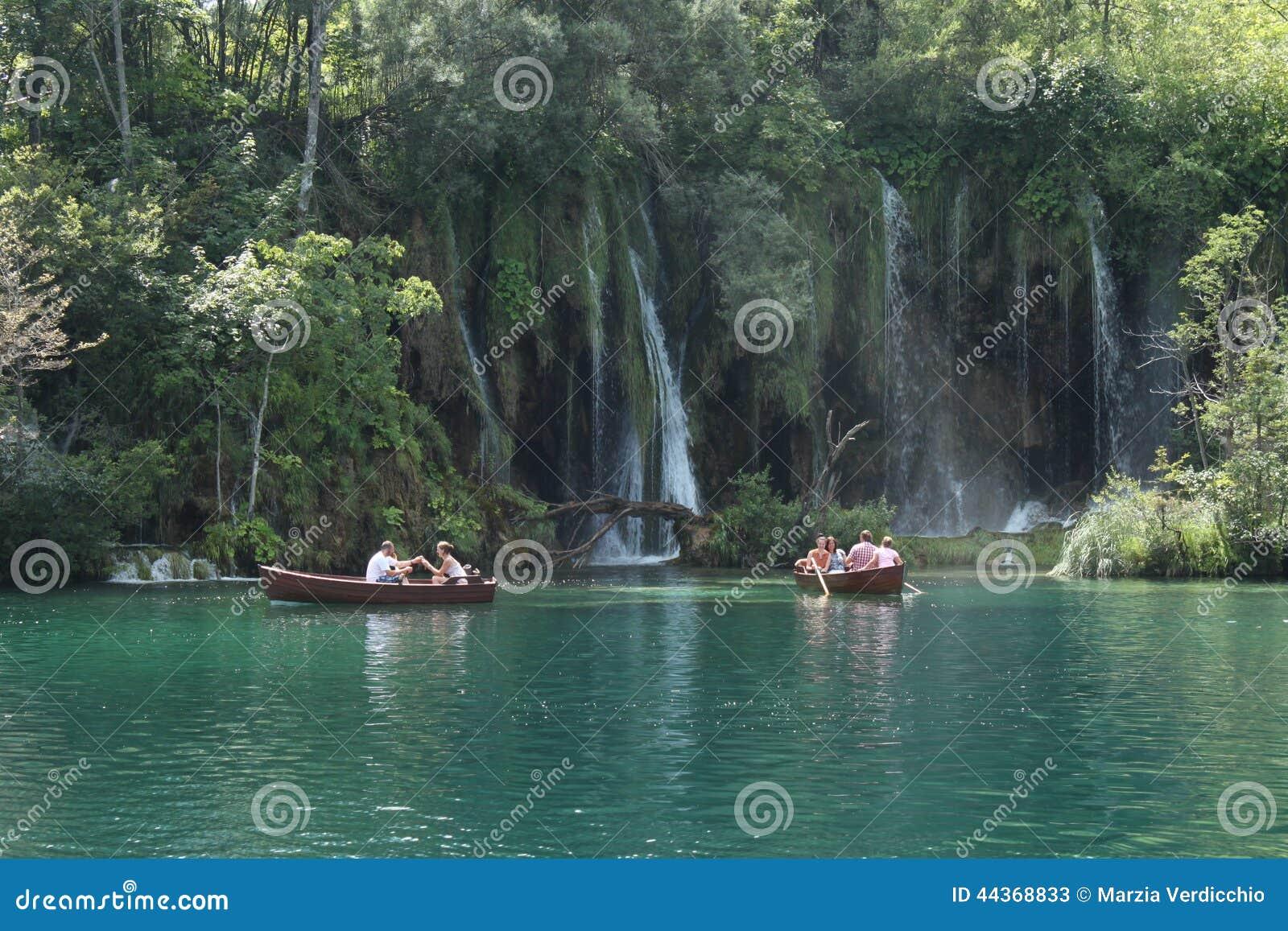 La gente che cammina su un percorso nel parco nazionale di Plitvice