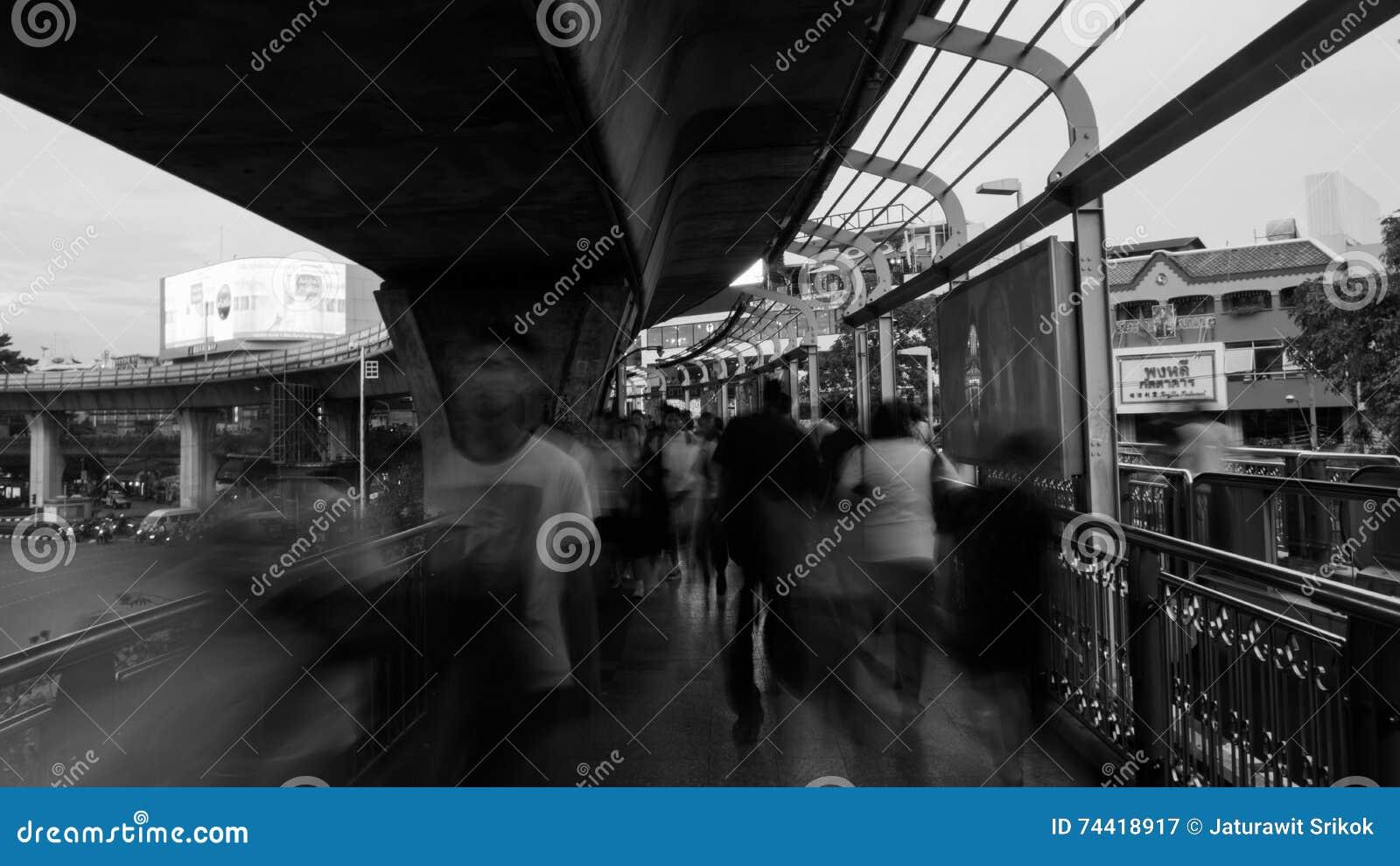 La gente che cammina in Victory Monument