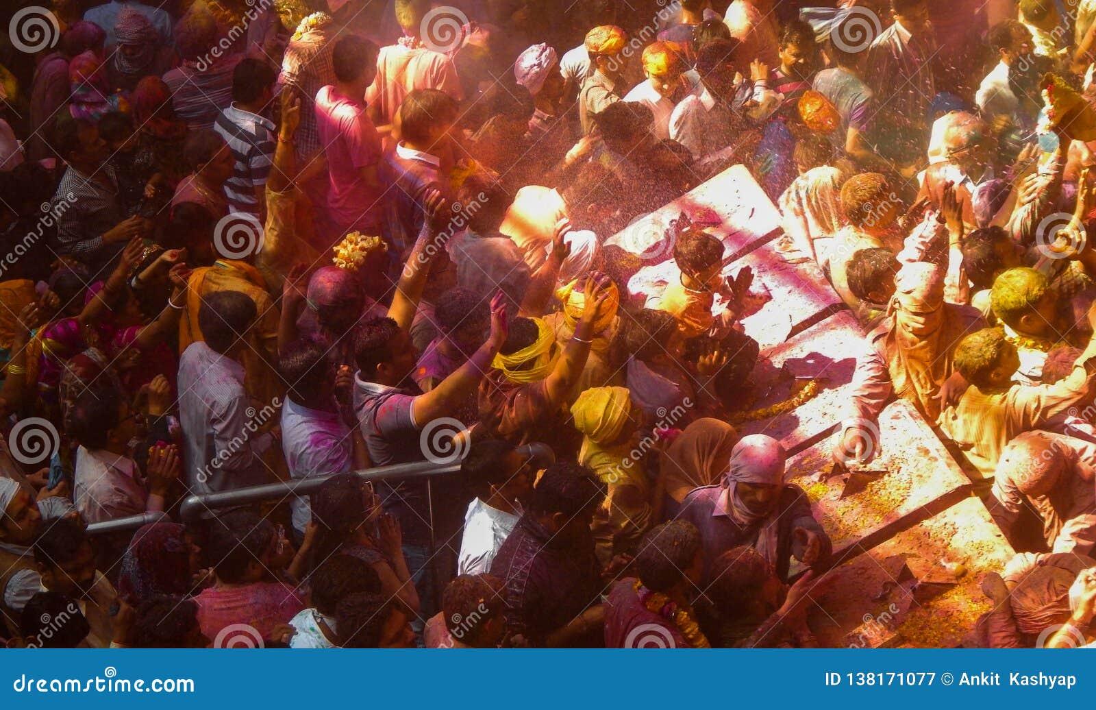 La gente che celebra holi il festival dei colori dentro un tempio,