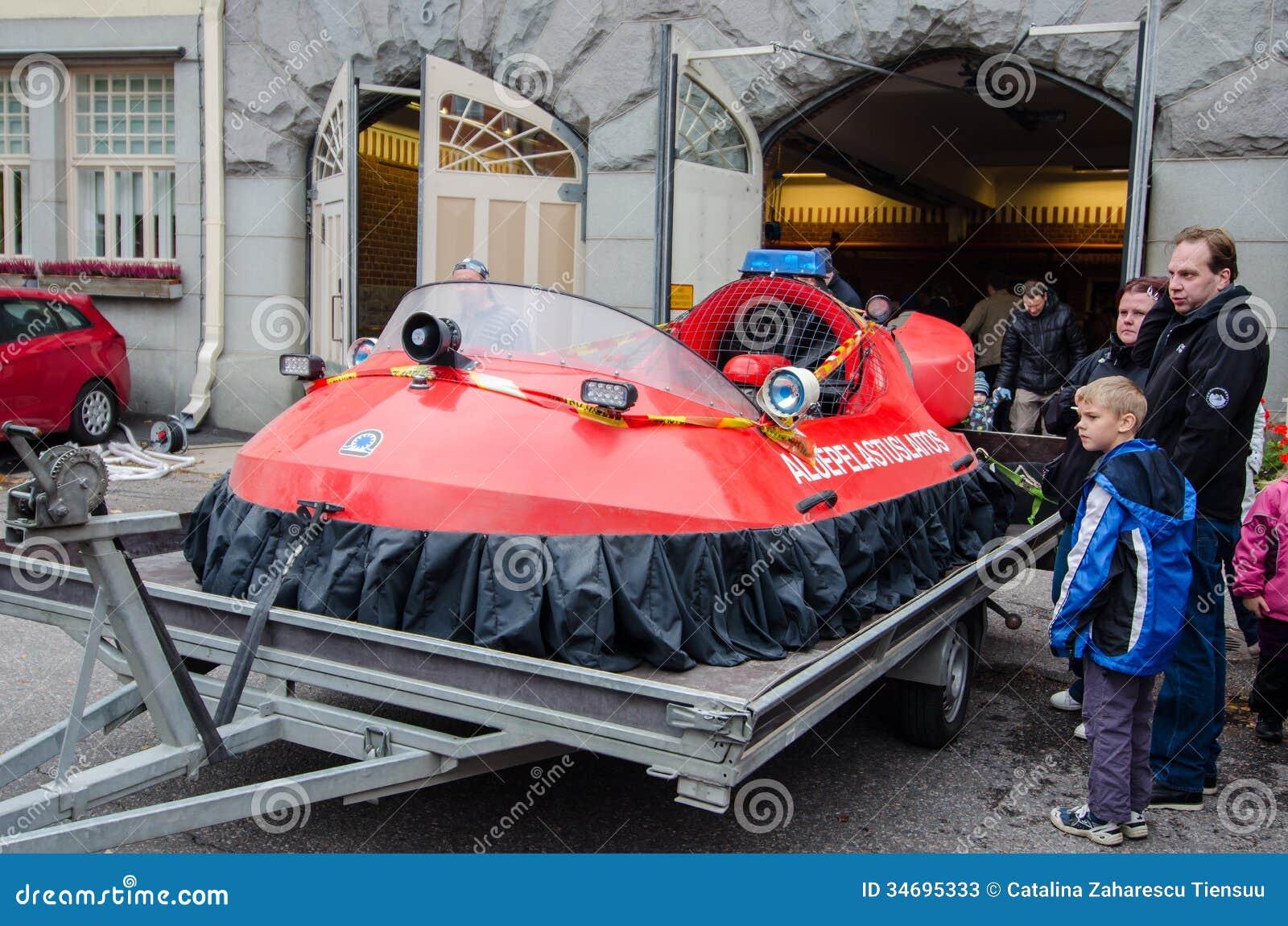La gente che esamina veicolo anfibio