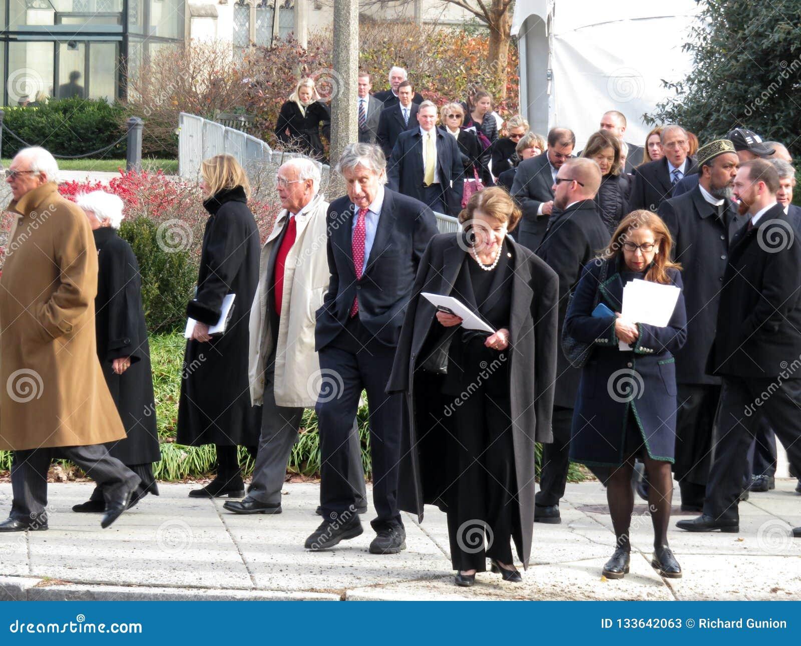 La gente che esce la cattedrale nazionale in Washington DC