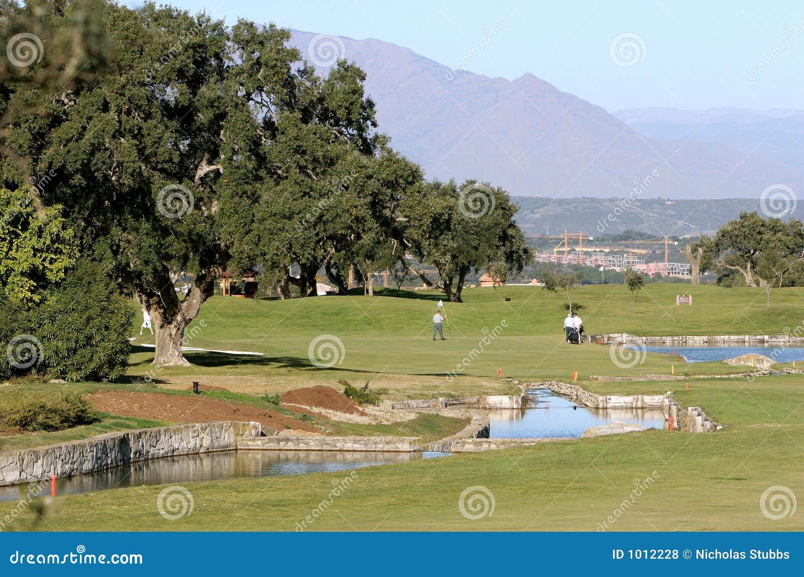 La gente che gioca golf in Spagna