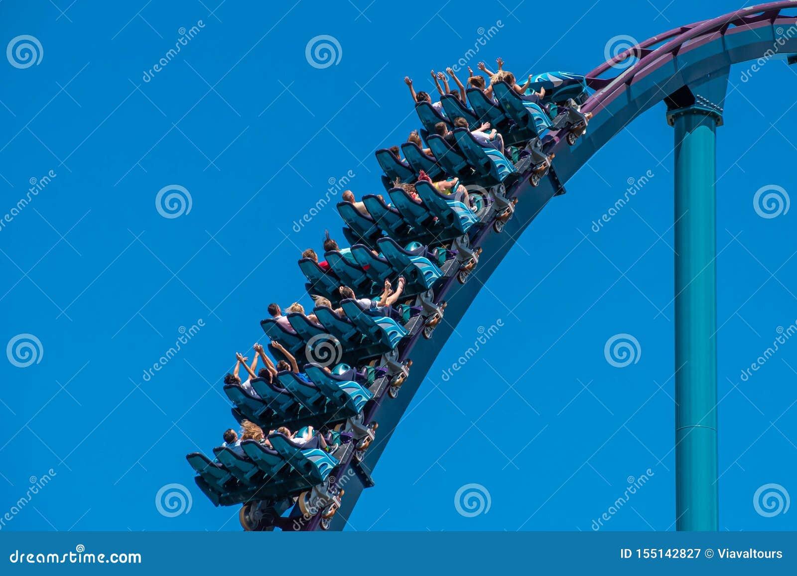 La gente che gode guidando le montagne russe del Mako durante le vacanze estive a Seaworld 55