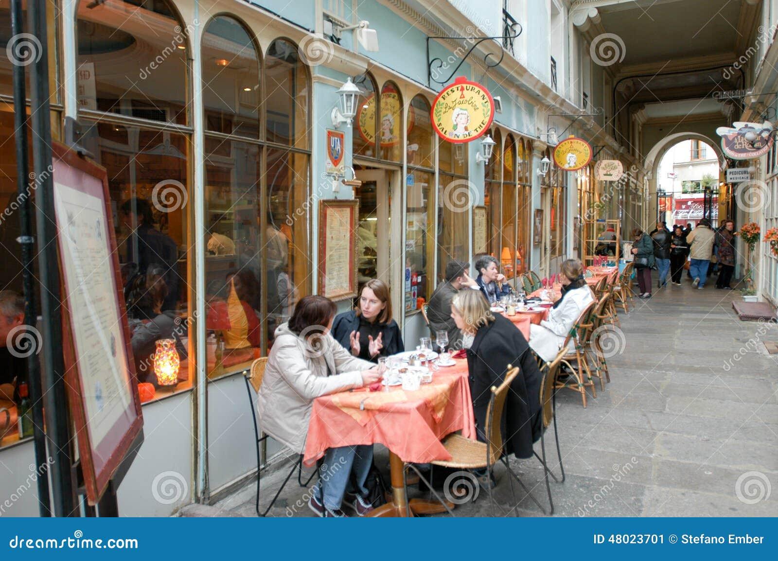 La gente che mangia e che beve in un ristorante della via for Miglior ristorante di parigi