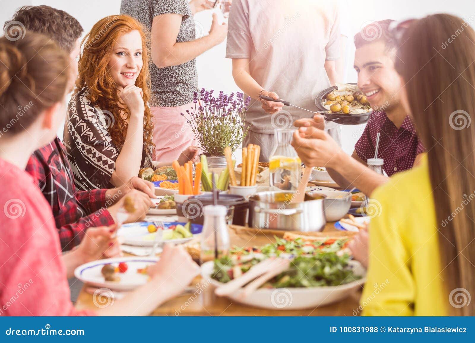 La gente che mangia i piatti organici sani