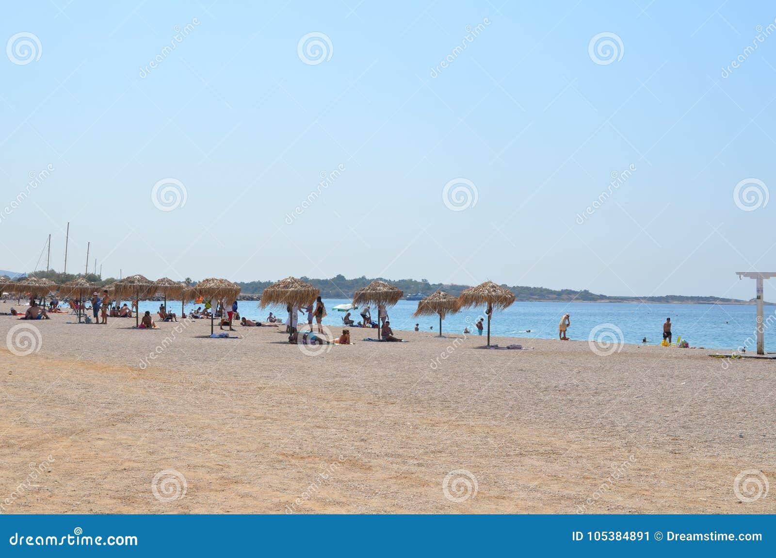 La gente che si rilassa sulla spiaggia europea