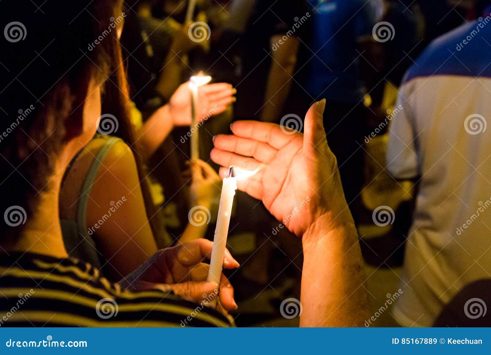 La gente che tiene veglia della candela nella speranza di ricerca di oscurità, culto, p