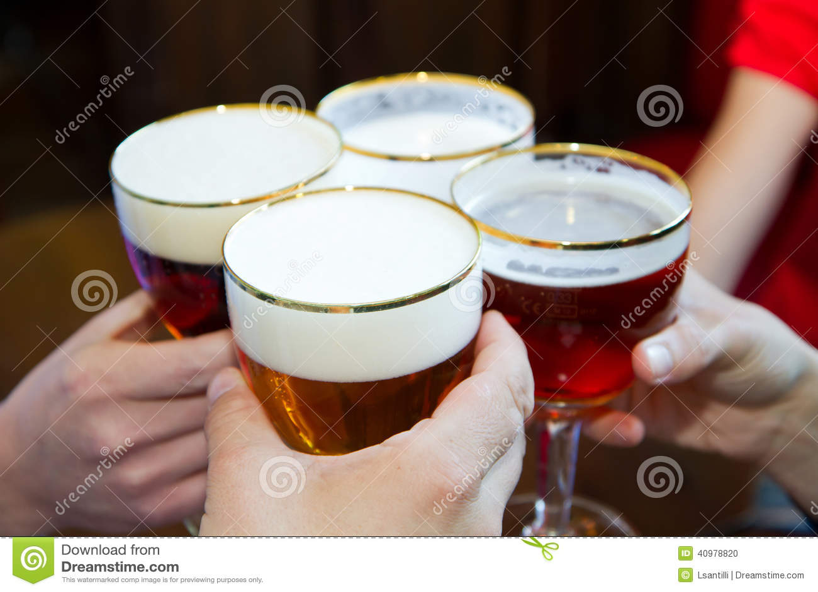 La gente che tosta con Pale Ale Beer delizioso