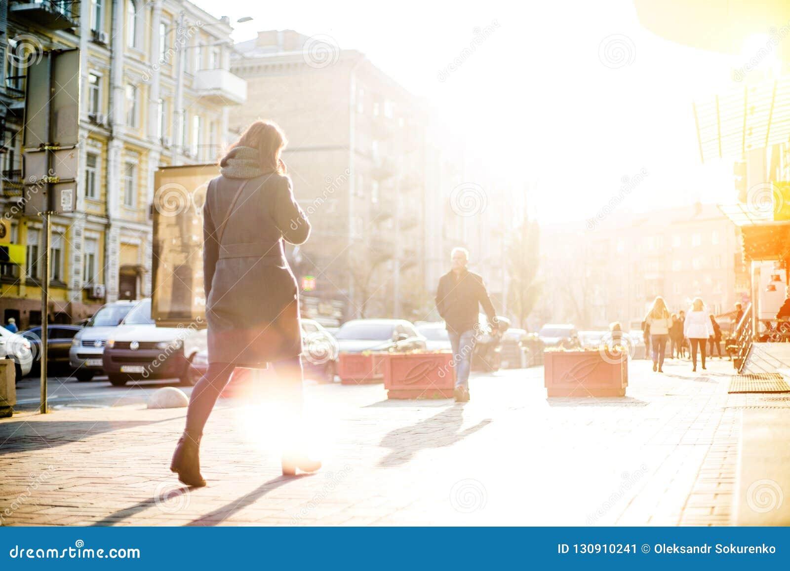 La gente con i fronti irriconoscibili sta camminando tramite le vie