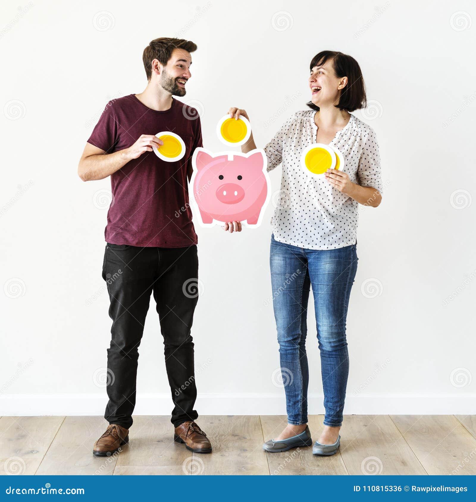 La gente con il concetto dei soldi di risparmio
