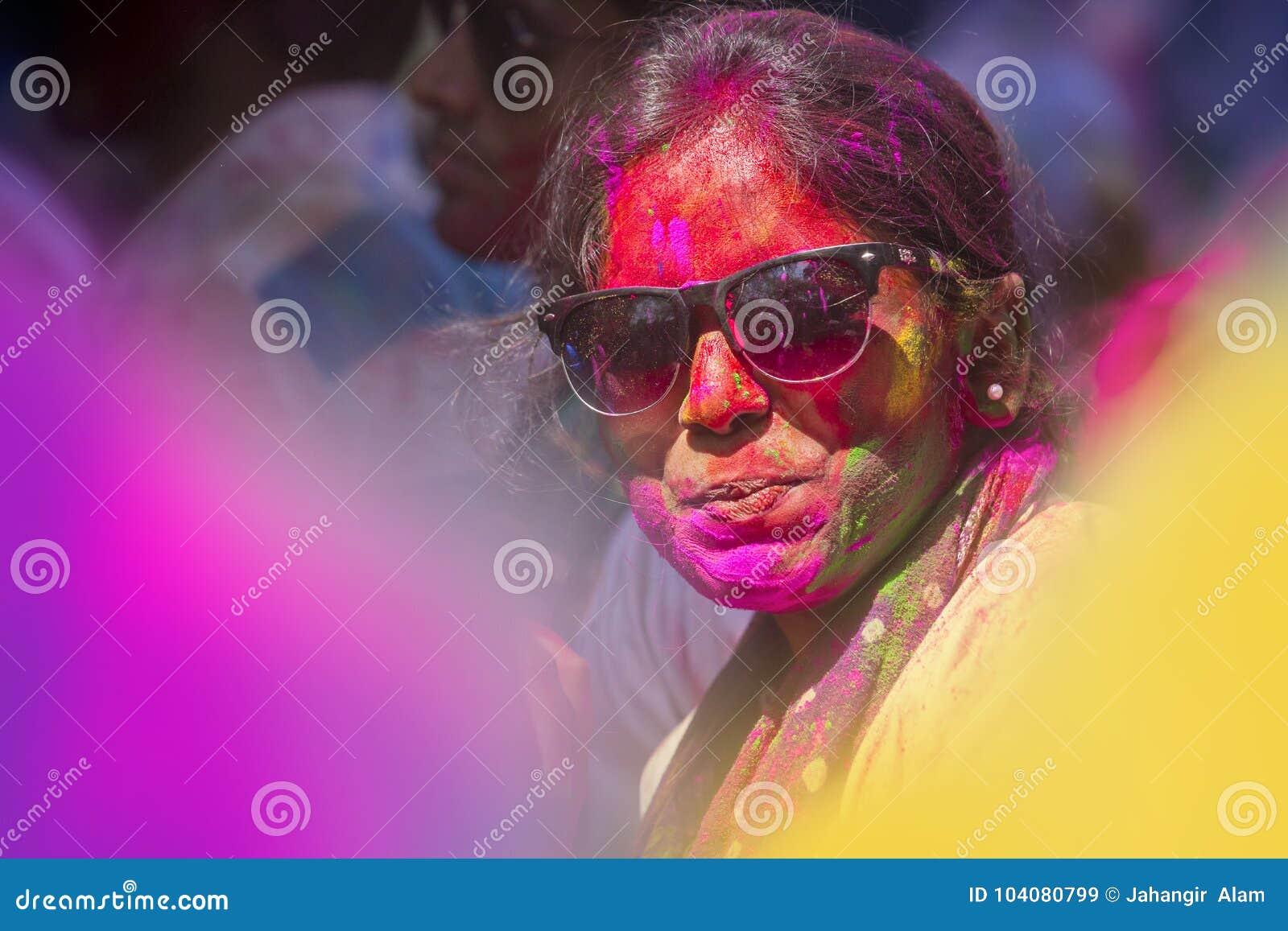 La gente cubierta en polvo colorido teñe la celebración del festival hindú de Holi en Dhakah en Bangladesh
