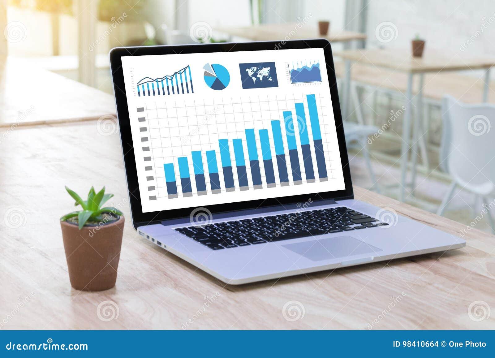 La gente de la tecnología de la información del negocio trabaja Analytics de los datos duros