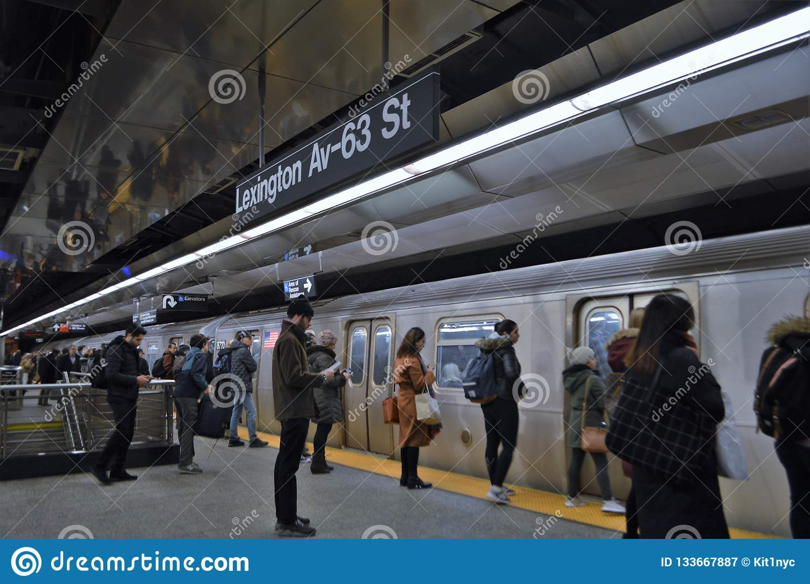 La gente de New York City conmuta para trabajar hora punta de la estación de tren de coche de subterráneo
