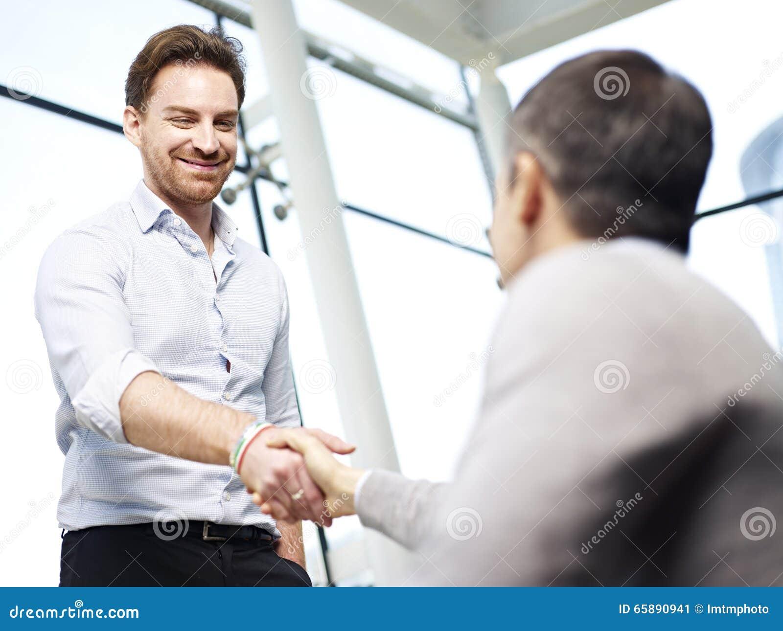 La gente dell ufficio che stringe le mani