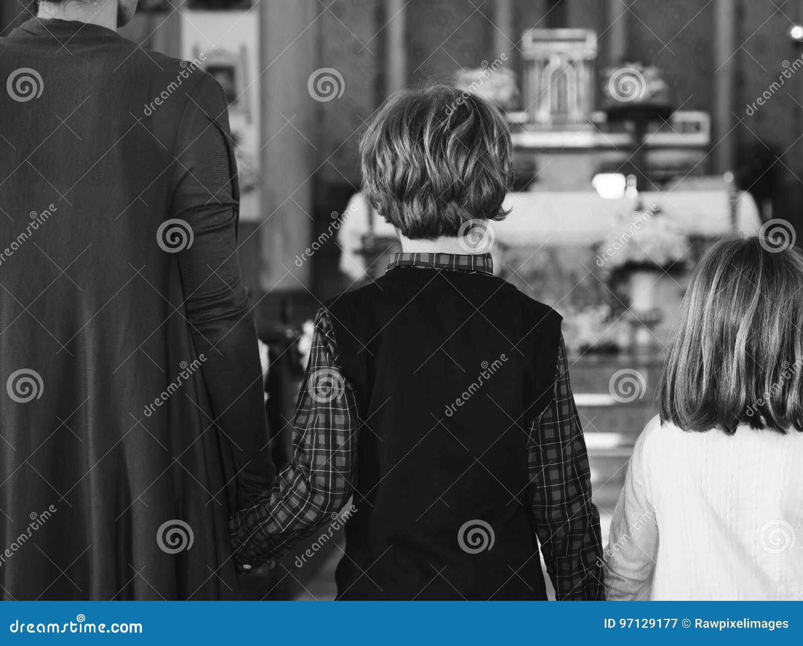 La Credenza Religiosa : La gente della chiesa crede famiglia religiosa di fede immagine