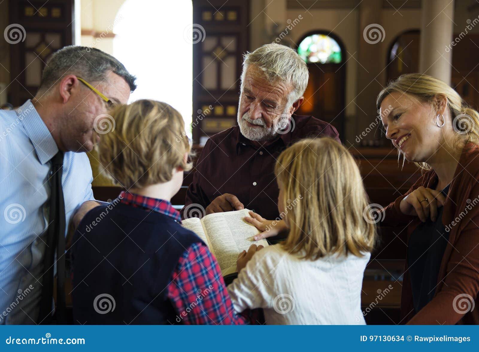 La gente della chiesa crede la fede religiosa